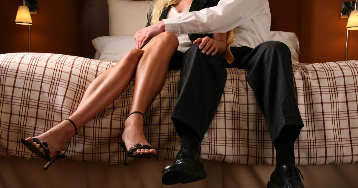 Жену имеет любовник смотреть посмейте