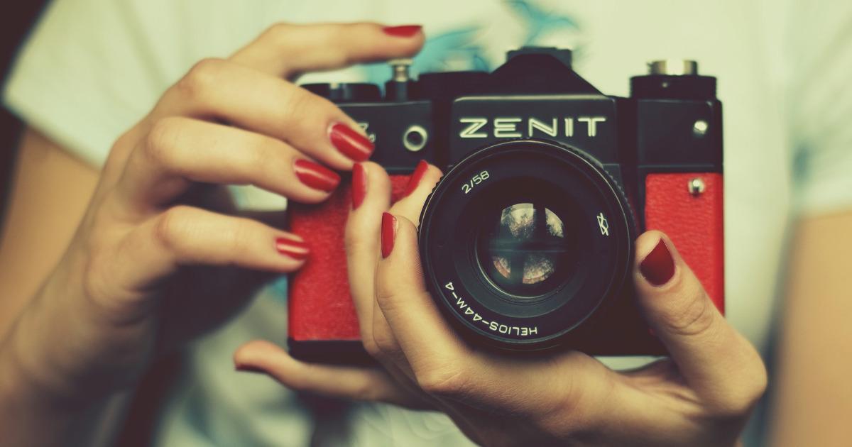 Девушка с фотоаппаратом, zenit