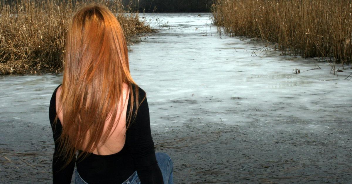 Девушка сзади, девушка возле реки