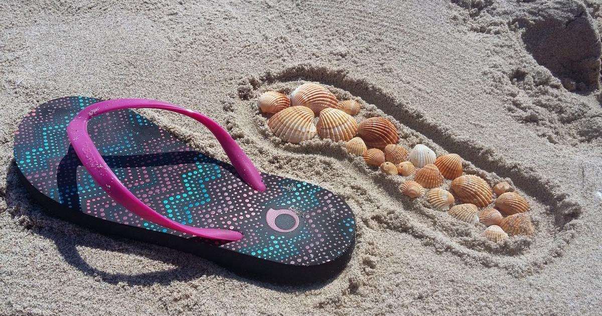 Шлёпки на пляже