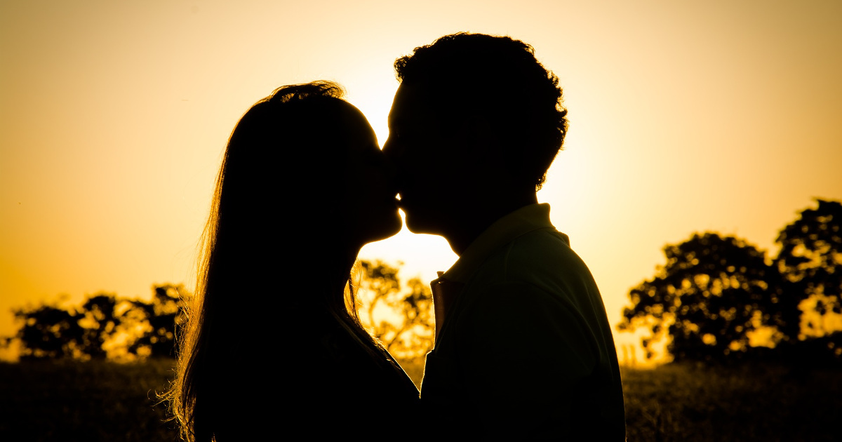 Влюблённые, закат, поцелуй