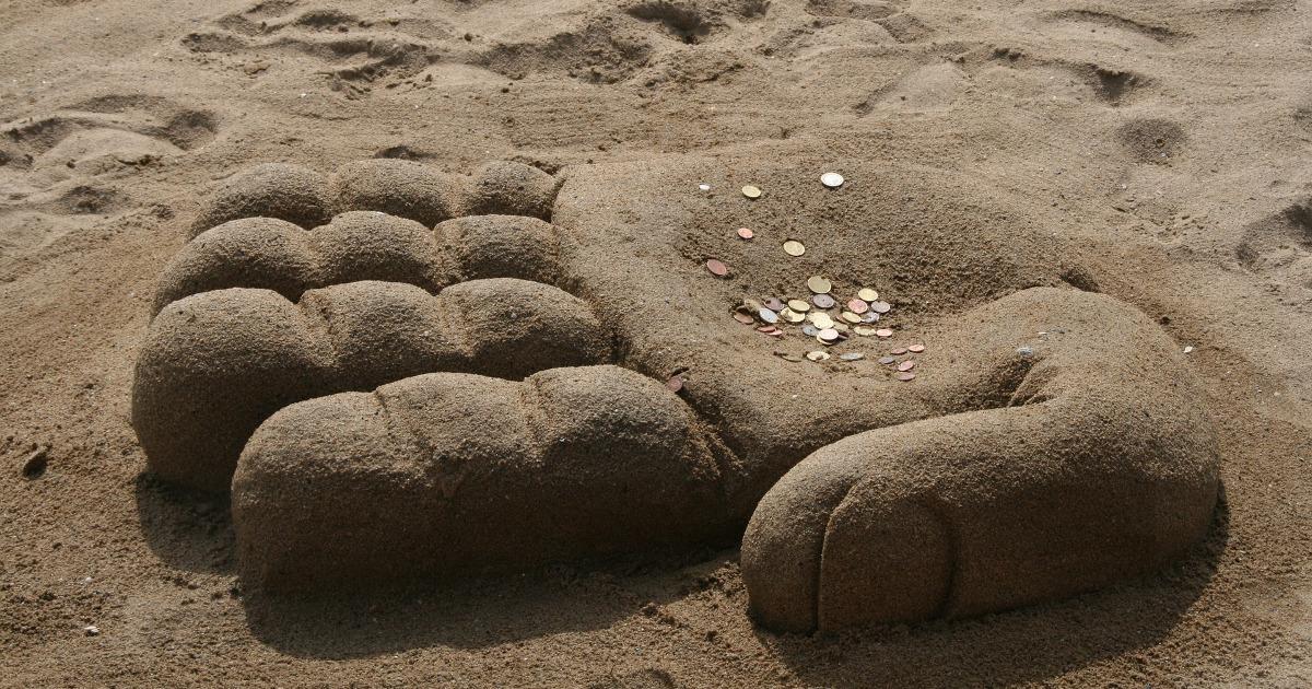 Рука из песка