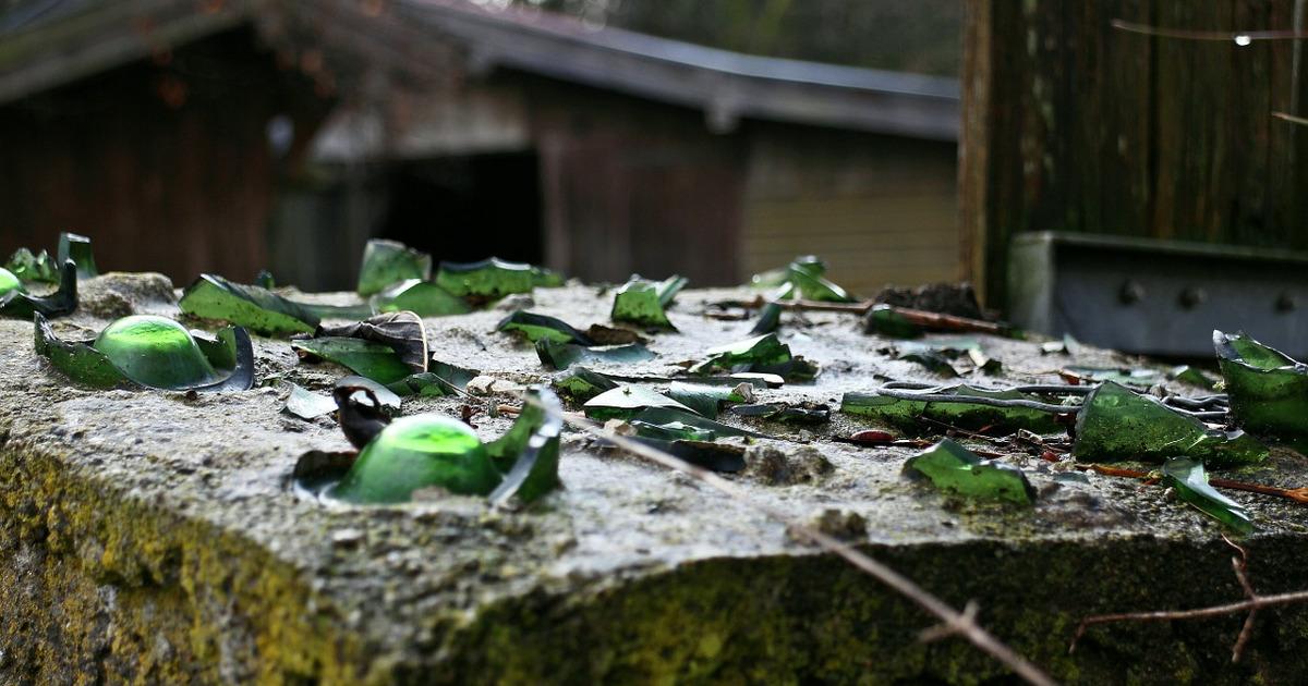 разбитые бутыли к бетоне
