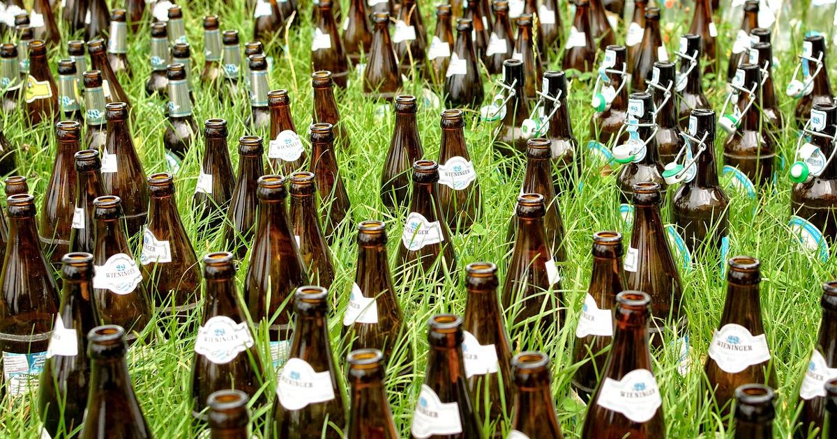 Пивные бутылки в траве