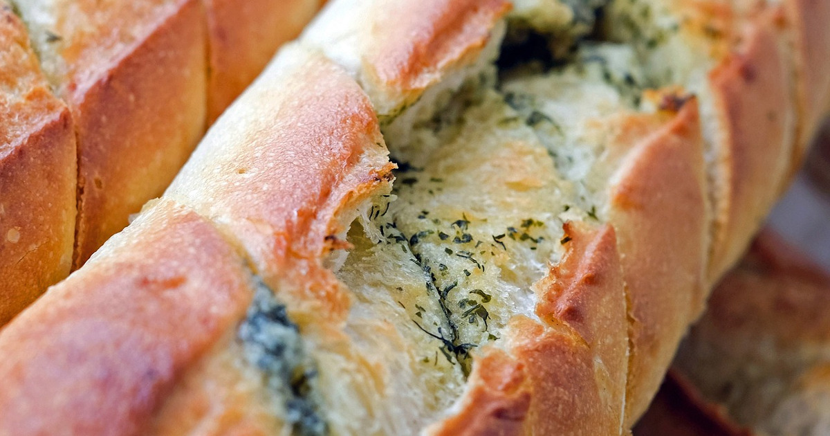 Багет с сыром, батон, свежий хлеб