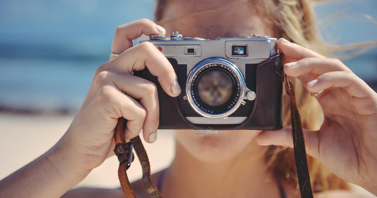 Блондинка с фотоаппаратом