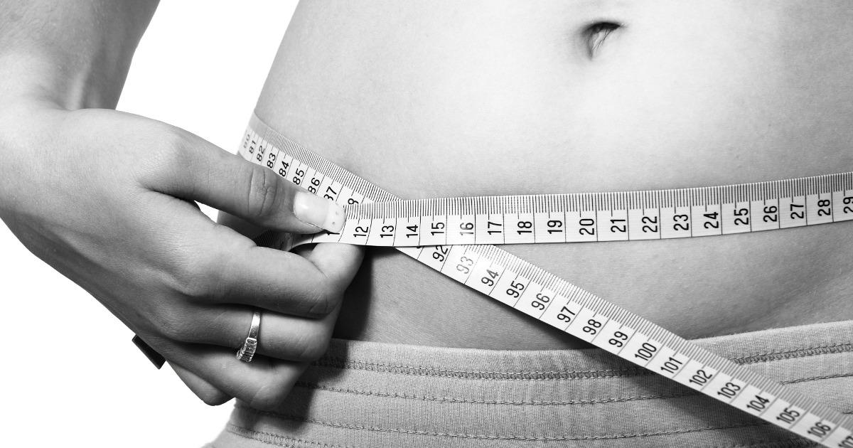 Жирная девушка, толстая, толстушка себя замеряет