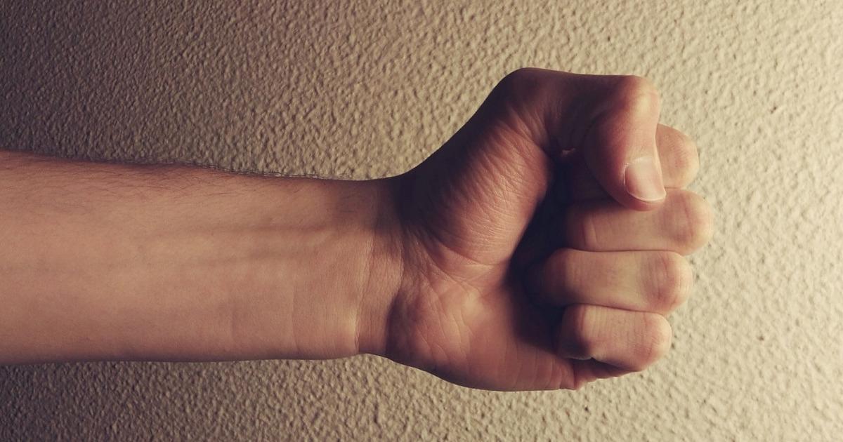 кулак, угроза