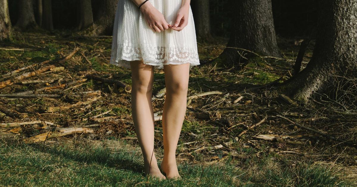 Девушка в платье в лесу