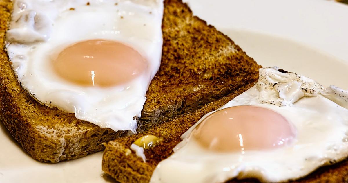 Жареные яйца и тосты