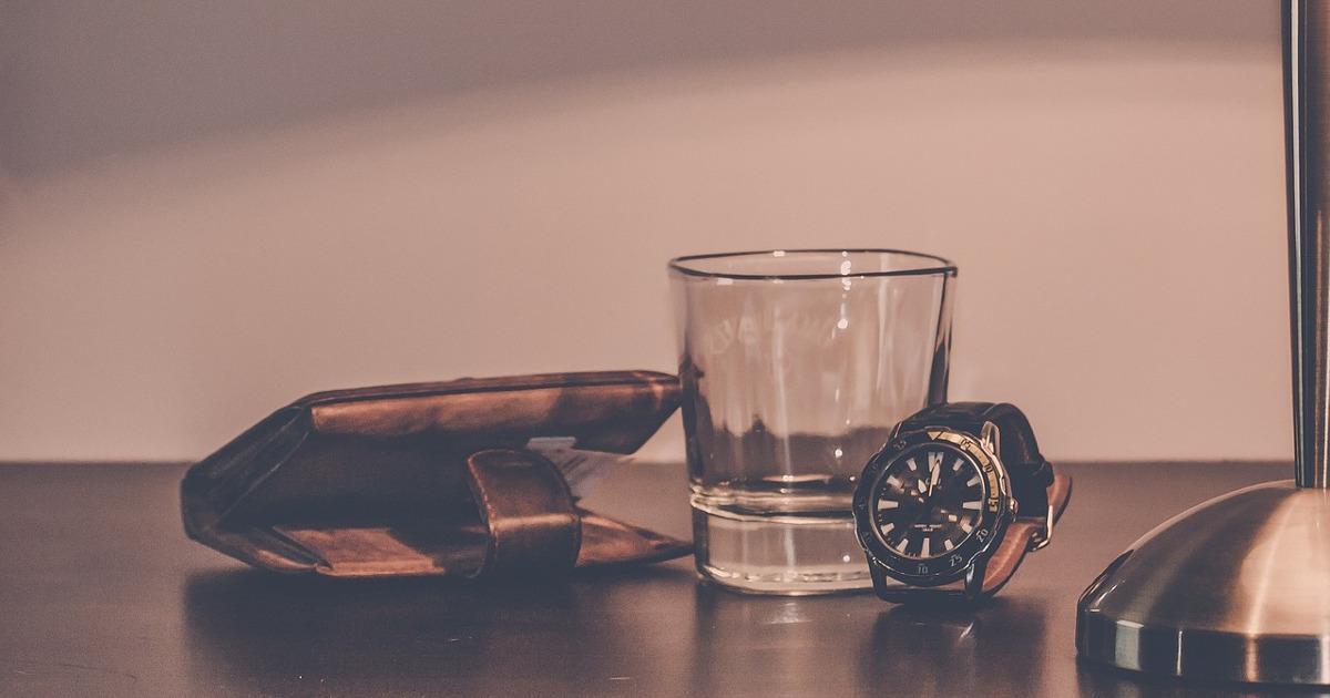 кошелёк, стакан и часы