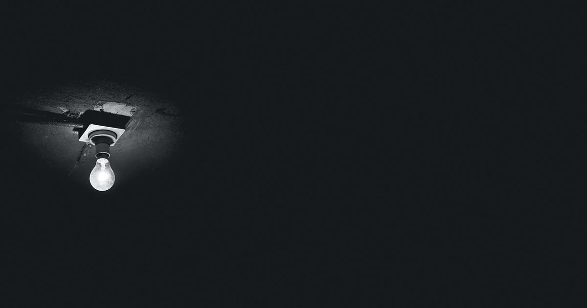 Потолок, лампочка, тёмная комната