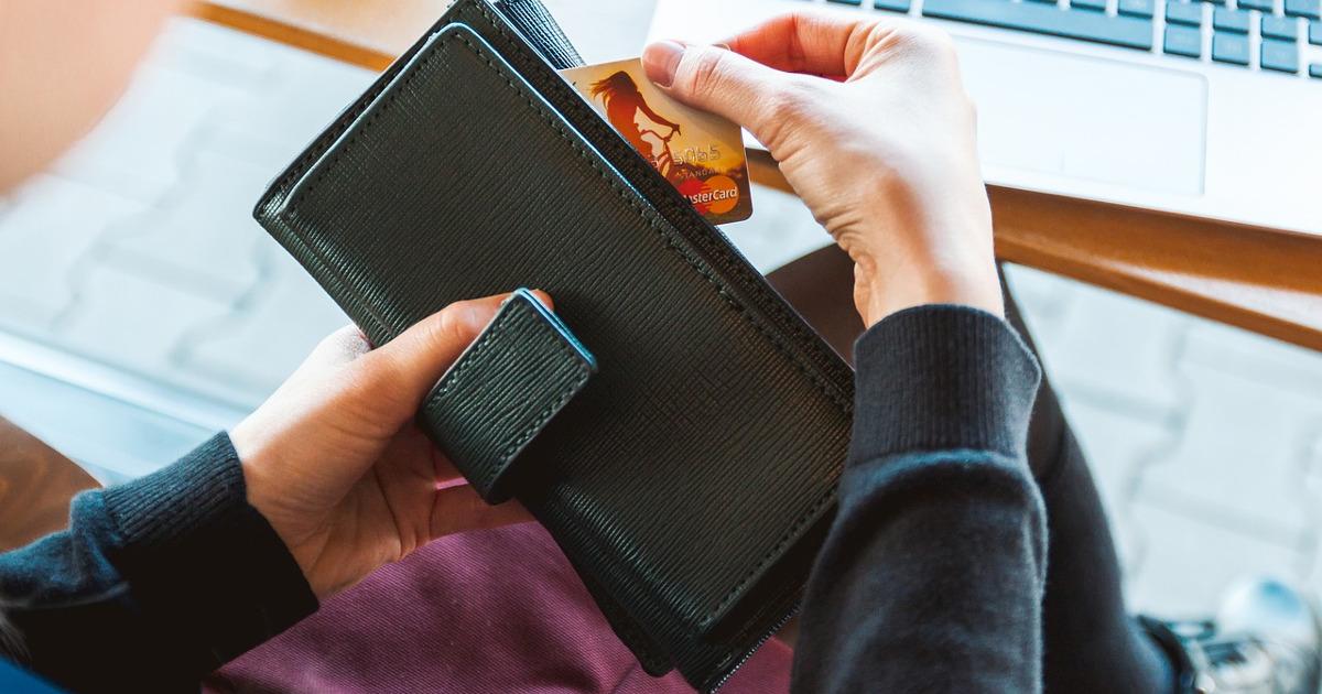 кошелёк, пластиковая карта, девушка