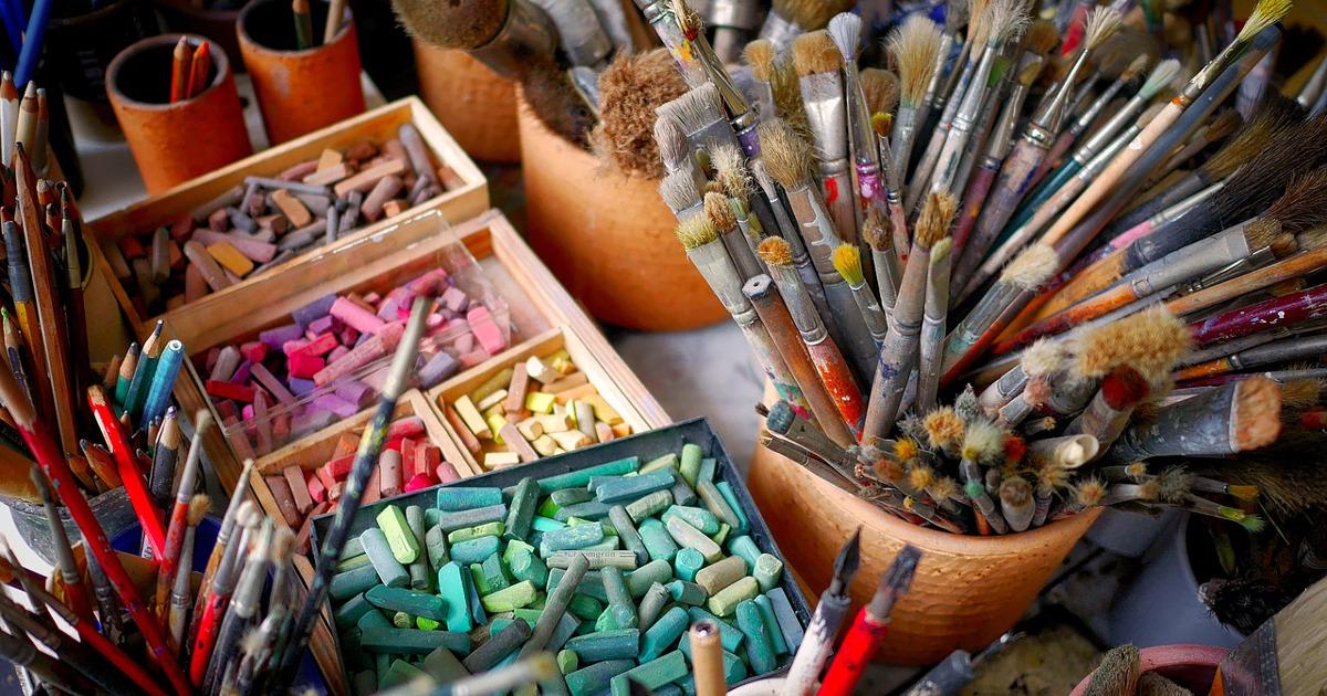 кисти, краски, мелки