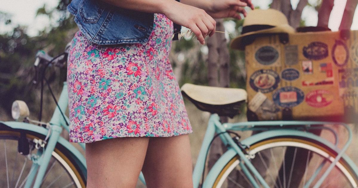 девушка в платье, велосипед