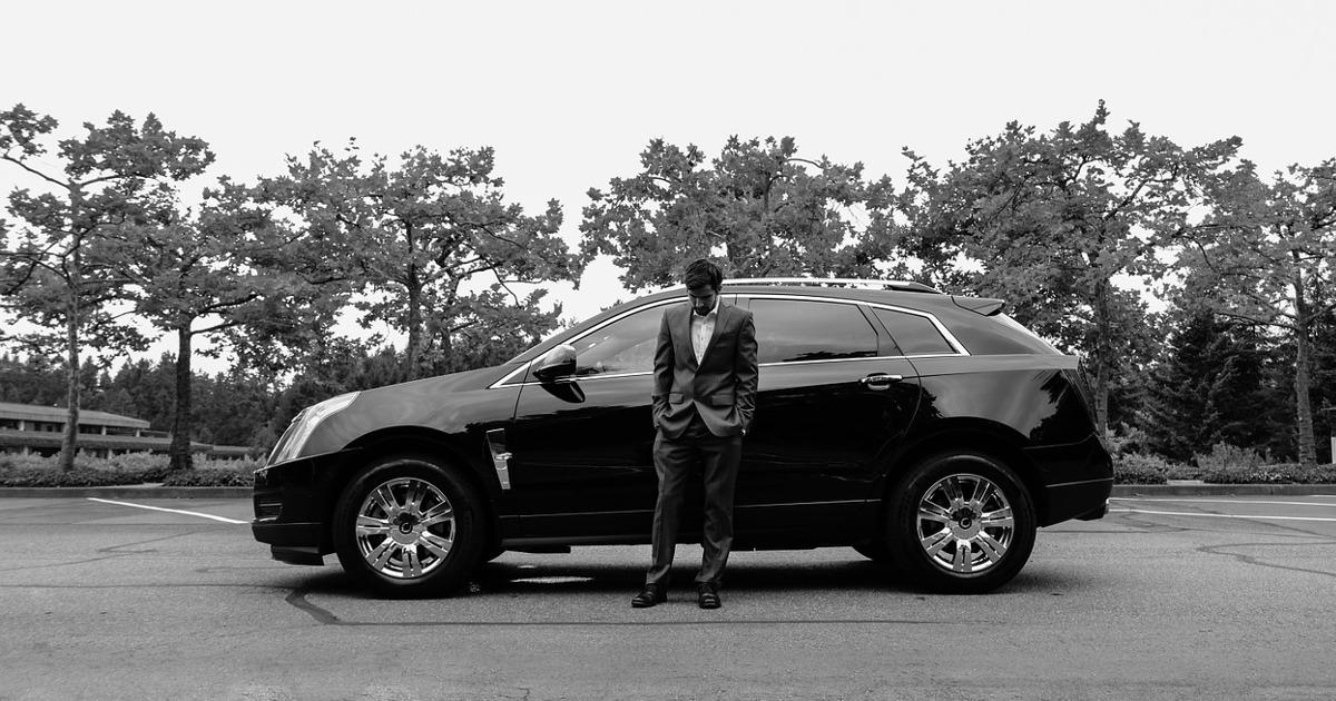 мужчина в костюме, автомобиль
