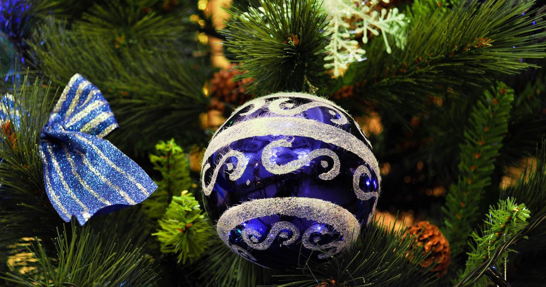 Праздничный шар на ёлке