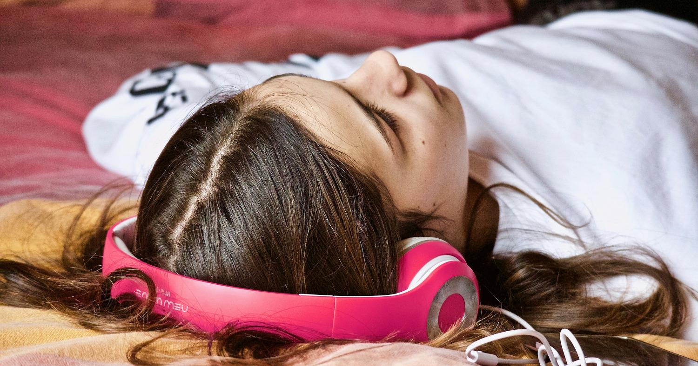 девушка спит, отдыхает, в наушниках