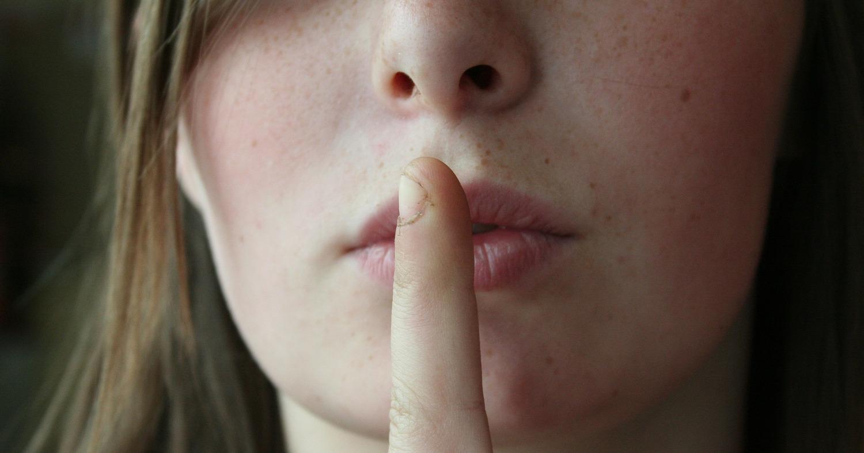 палец у рта, молчание