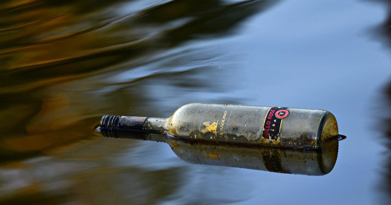 бутылка вина плавает в реке