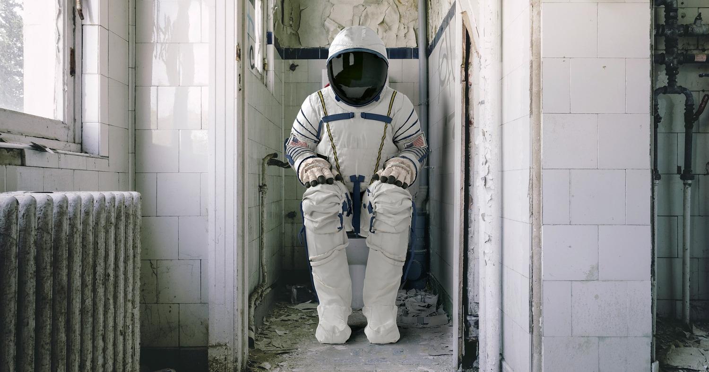 Космонавт на унитазе