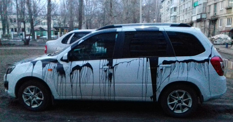 Машину облили краской