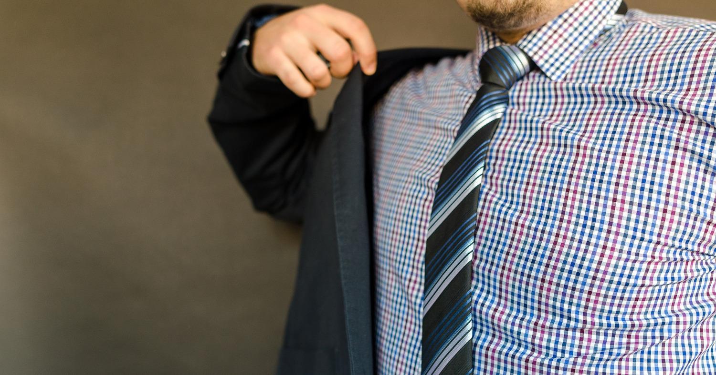 Мужчина примеряет костюм