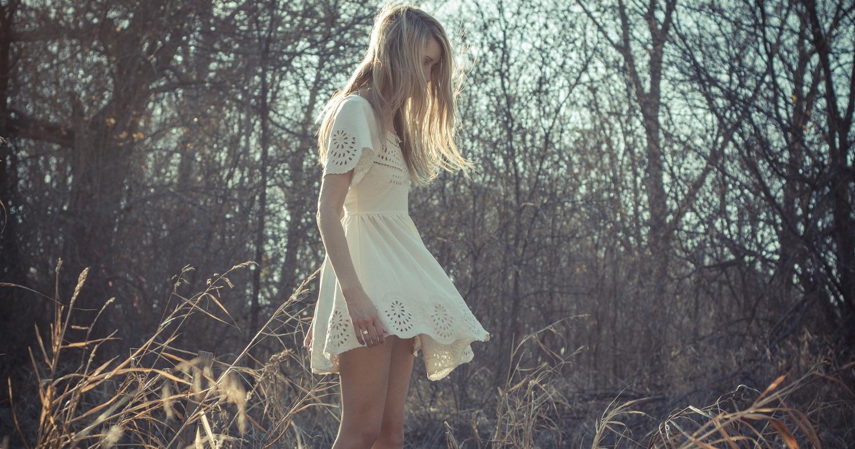 Девушка в лёгком платье
