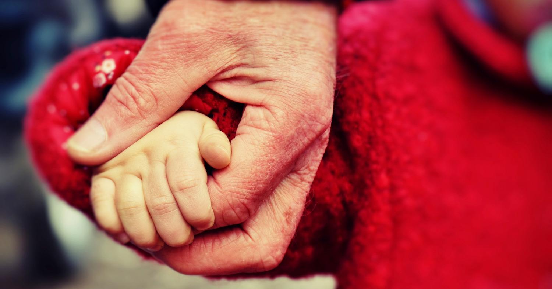 Ребёнок держит за руку пожилого человека
