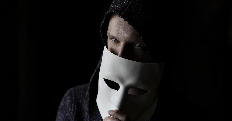 Парень в маске