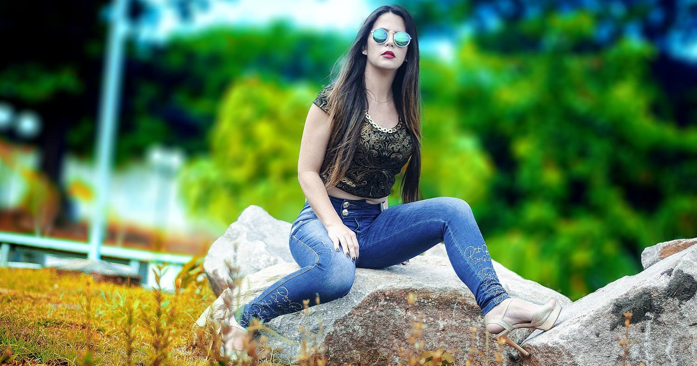 Девушка в джинсах и очках