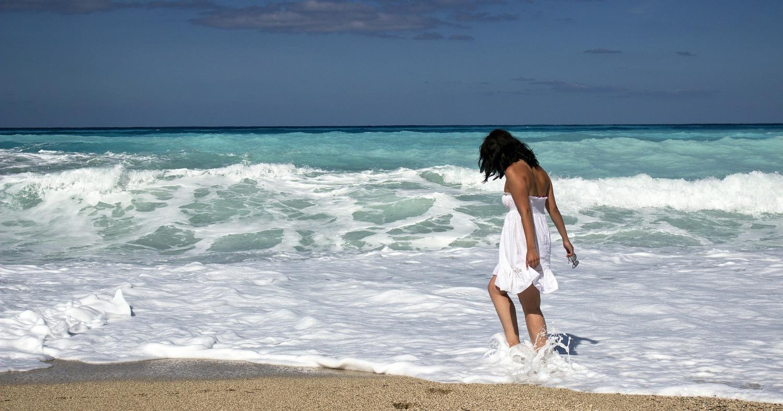 Девушка гуляет у моря
