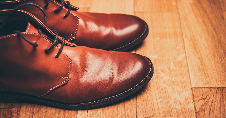 Пара коричневых ботинок