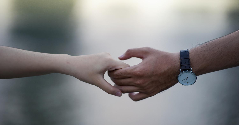 Мужчина держит девочку за руку