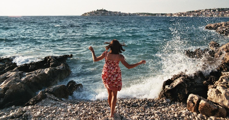 Девушка возле моря