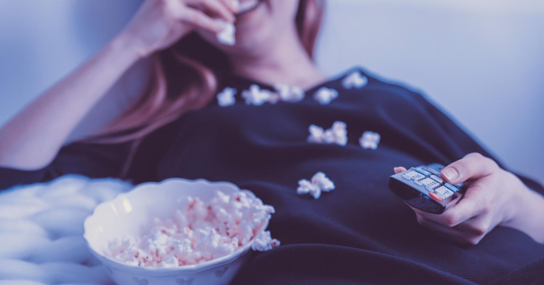 Женщина смотрит фильм