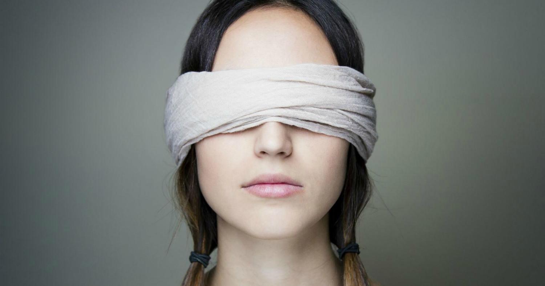 Девушка с завязанными глазами