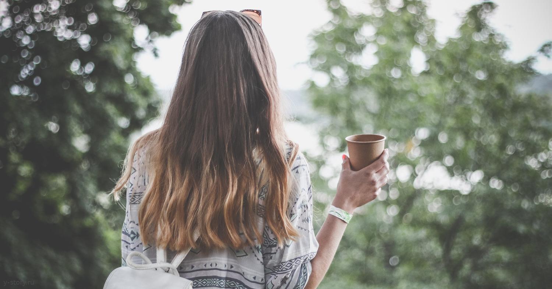 Девушка с кружкой в руке