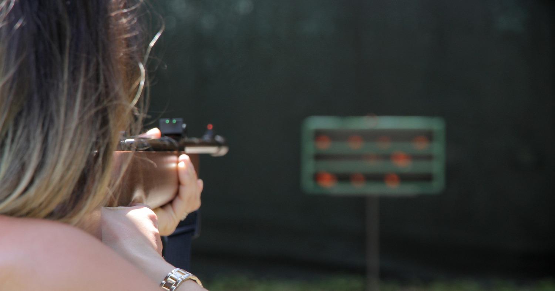 Девушка стреляет