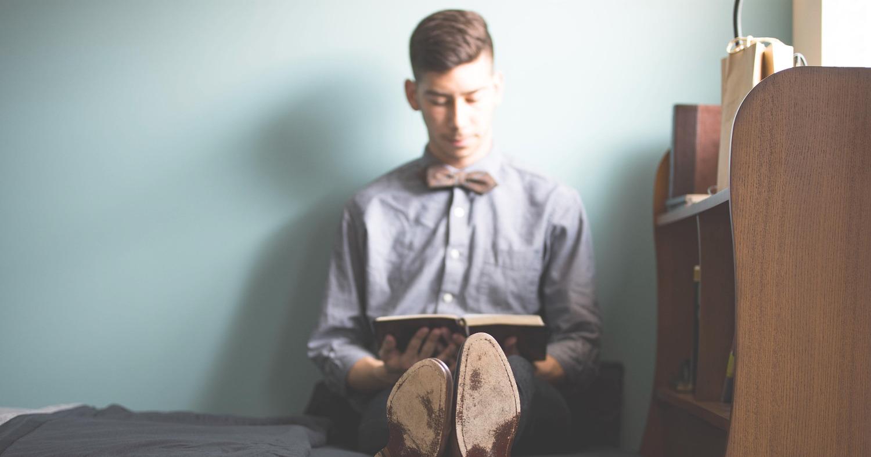 Парень читает книги