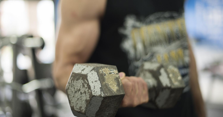 Мускулистый парень в спортзале