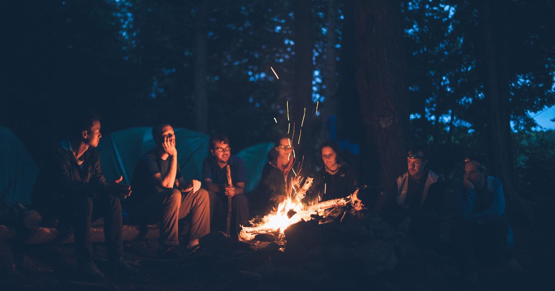 В лесу возле костра