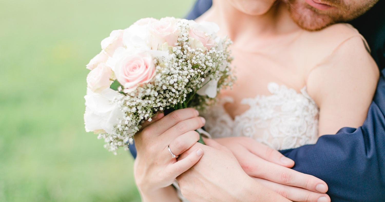 Свадьба. Муж обнимает невесту