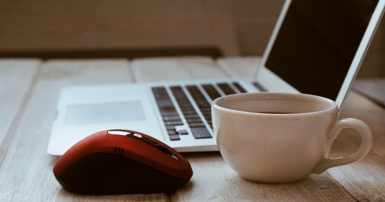 Ноутбук и красная компьютерная мышь