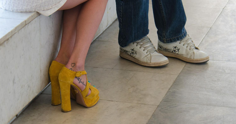 Мужчина и девушка в жёлтых туфельках