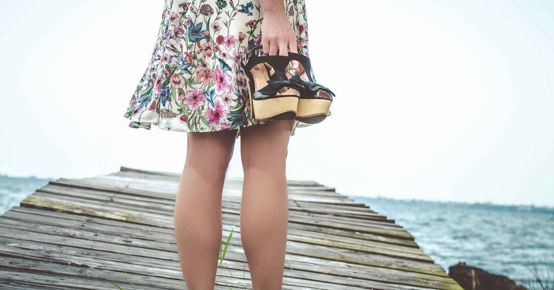 Девушка держит в руках обувь