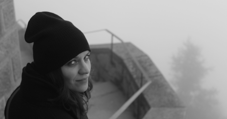 Девушка в чёрной шапке