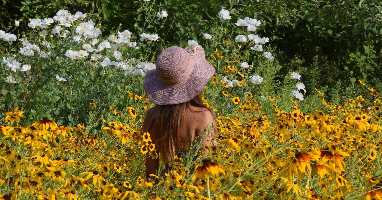 Женщина в цветочном поле