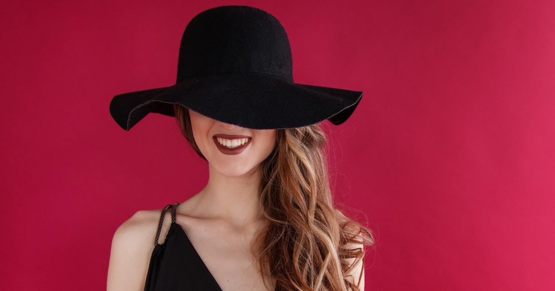 Женщина в чёрной шляпке