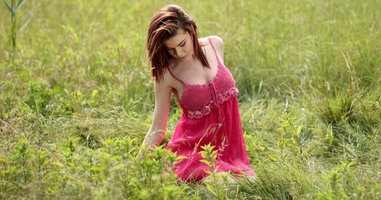 Девушка на траве в красном платье